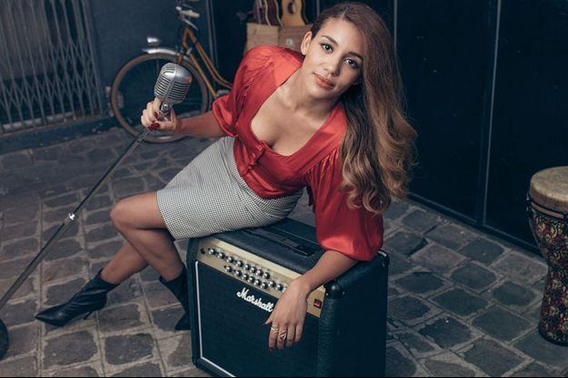 Kimberly, 26 ans, chez elle à Chantilly. L'artiste a déjà écrit une cinquantaine de chansons : « En un rien de temps, je pose des mots sur des notes. »