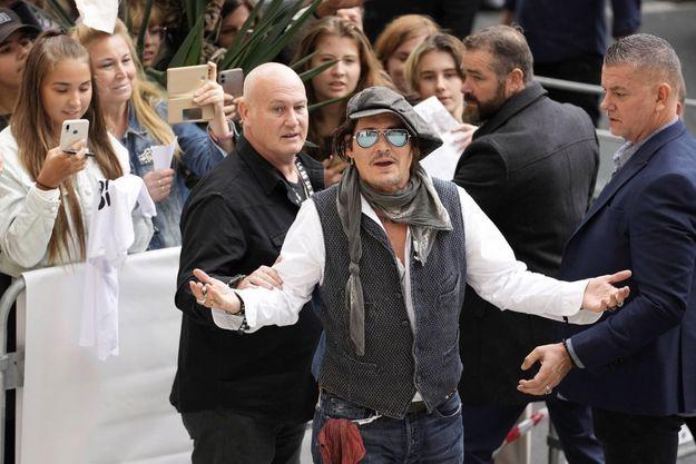 """Johnny Depp, """"boycotté"""" à Hollywood, célébré en Europe."""