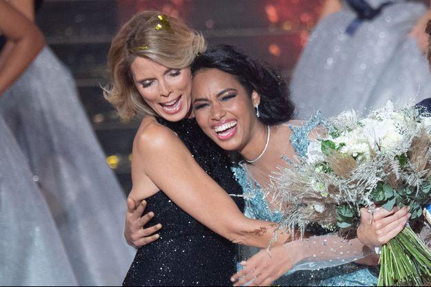Clémence Botino dans les bras de Sylvie Tellier, le soir de l'élection d'Amandine Petit, Miss France 2021, au Puy du Fou le 20 décembre 2020