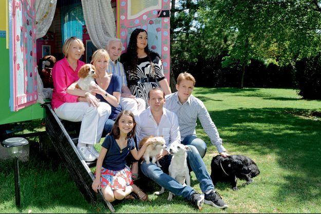 Juillet 2011. A côté de la fille de Katia, Leila, 9 ans, Mischa avec les chiens Tango et Misty, Nicolas avec la chienne Jessy. Derrière, Katia, avec Fifi, assise entre Ulla et Charles. A dr., Gerciane, la femme de Nicolas.