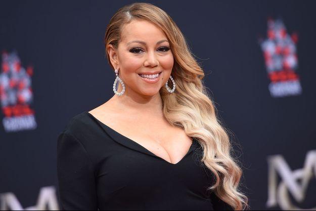 Mariah Carey laisse ses empreintes dans le ciment lors d'une cérémonie au Chinese Theater à Hollywood, le 1er novembre dernier.