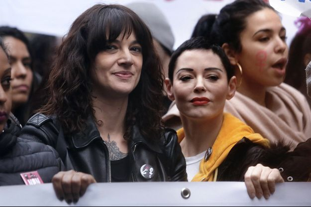 Asia Argento et Rose McGowan lors de la marche pour la journée internationale des droits des femmes à Rome, le 8 mars 2018