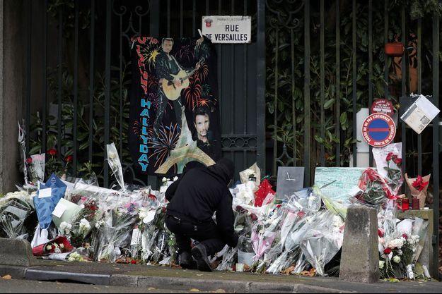 Hommage à Johnny Hallyday au lendemain de sa mort, devant les grilles du parc privé de Marnes-la-Coquette.