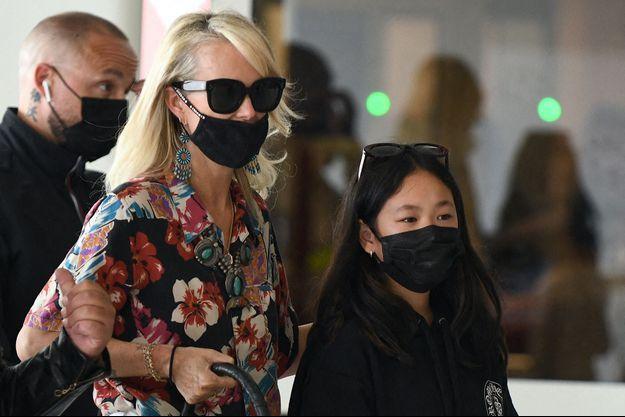 Laeticia et Joy Hallyday à l'aéroport d'Orly le 7 juillet 2021