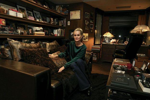 Le 20 octobre à Marnes-la-Coquette. C'est là que Johnny aimait se tenir, dans l'angle du canapé. Quand elle s'assoit, il lui semble encore être près de lui.