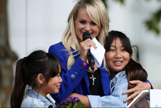 Laeticia Hallyday avec ses filles Jade (à droite) et Joy (à gauche), en 2019.