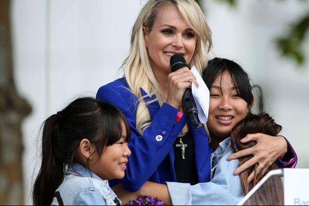 Laeticia Hallyday et ses filles lors de l'inauguration de l'esplanade Johnny Hallyday à Toulouse le 15 juin 2019.