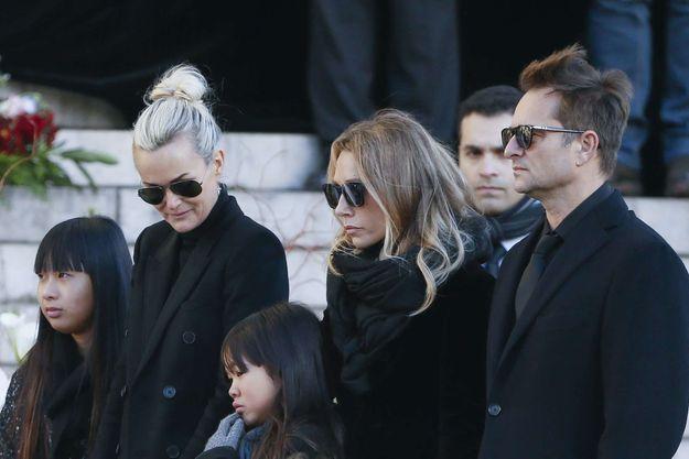 Laeticia Hallyday entre Jade et Joy, Laura Smet et David Hallyday pendant les obsèques de Johnny.