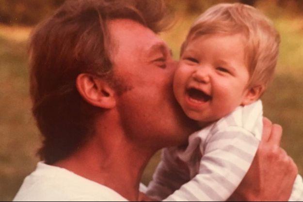 Laura Smet a publié sur Instagram une magnfique photo d'elle, bébé tenus dans les bras de son père.