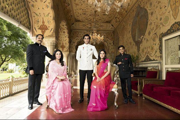 Au City Palace, la résidence royale transformée en partie en musée, Gauravi Kumari, 18 ans, Padmanabh Singh, 19 ans, et Lakshya, leur frère, 13 ans, maharaja de Simour.