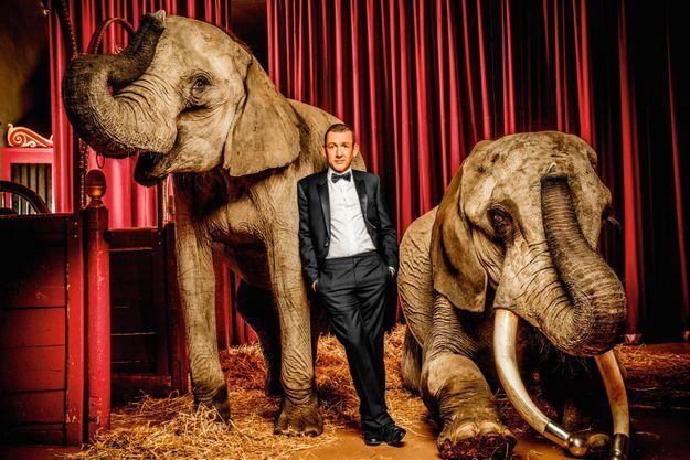 Dany Boon au Cirque d'Hiver avec deux éléphants