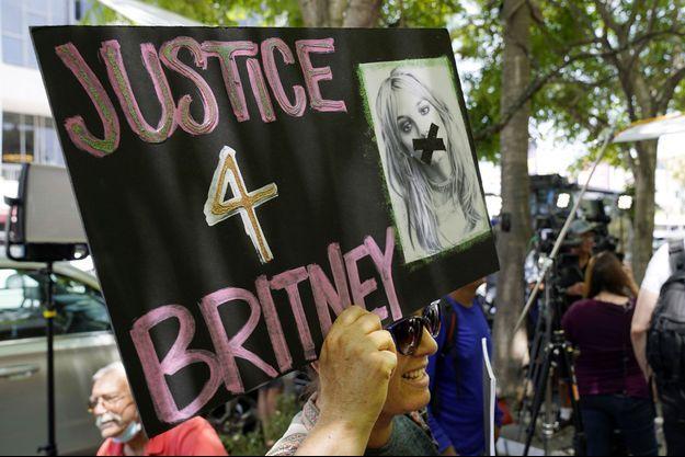 Une personne manifeste pour le mouvement #FreeBritney.