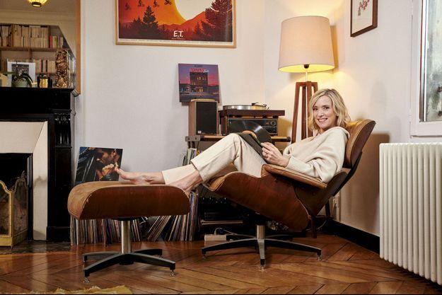 La nostalgie des années 1980, celles de son adolescence, nous reçoit chez elle dans son Lounge Chair de Charles Eames, un fauteuil très 1950... A Paris, le 14 janvier.