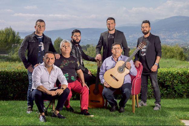 Nicolas Reyes (pantalon rouge) et Tonino Baliardo (guitare), entourés de leurs enfants (de g. à dr.) Benji-Cosso Baliardo, Georges-Baule Reyes, Yohan Reyes, Samé Rey, Mickael Baliardo. Au Mas Candille à Mougins.