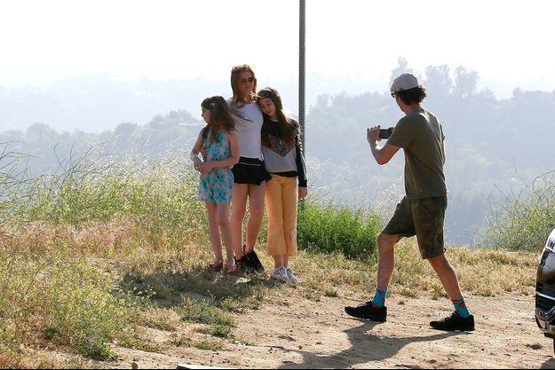 Sacha Baron Cohen prend en photo son épouse Isla Fisher et leurs filles Olive et Elula le 10 mai 2020 à Los Angeles