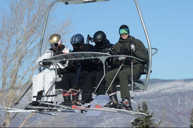 Kylie et Kendall Jenner (en noir au centre) avec Travis Scott (à gauche) et leur ami Fai Khadra (à droite) à Aspen le 1er janvier 2021