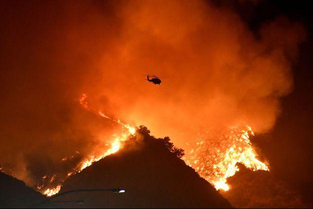 Les collines à l'ouest Los Angeles en feu dans la nuit du lundi 28 octobre 2019