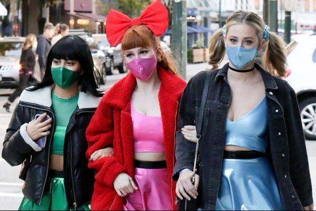 Camila Mendes, Madelaine Petsch, Lili Reinhart déguisées en Supers Nanas pour célébrer Halloween à Vancouver le 31 octobre 2020