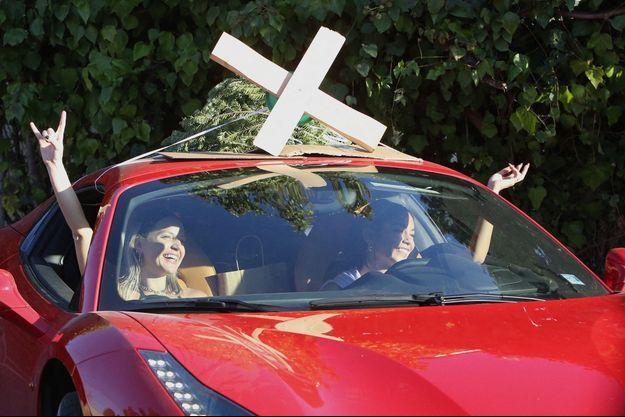 Vanessa Hudgens (à droite) transportant son sapin de Noël sur sa Ferrari le 5 décembre 2020 à Los Angeles
