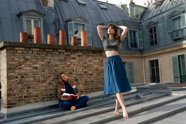 Sur le toit de son appartement de la rue de Rivoli avec Thaïs Alessandrin, la dernière des trois enfants qu'elle a eus avec le réalisateur Patrick Alessandrin, son ex-mari.