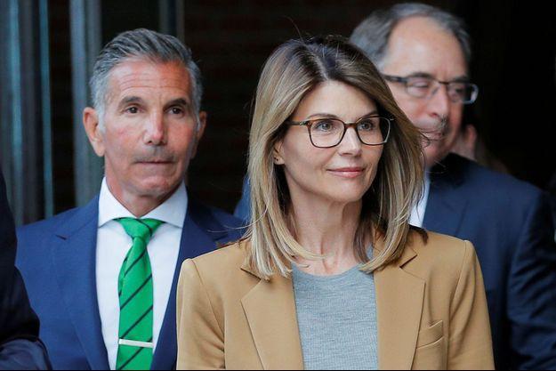 Lori Loughlin et son mari Mossimo Giannulli (à gauche) à leur sortie du tribunal de Boston le 3 avril 2019