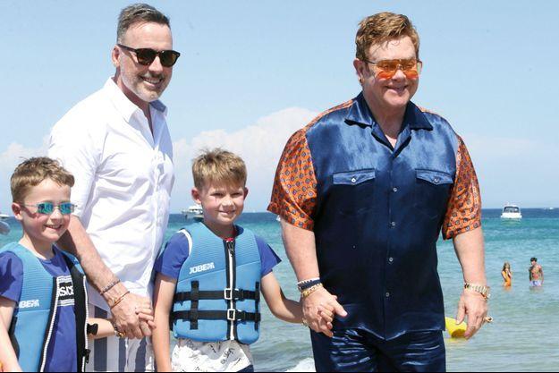 Vacances en famille, à Saint-Tropez, cet été. Elton et son mari, David Furnish, avec leurs fils Elijah, 6 ans, et Zachary, 8 ans.
