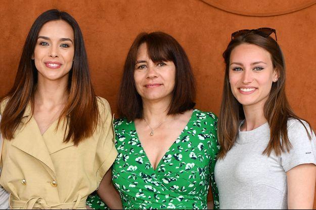 Marine et Lou-Anne Lorphelin (à droite) avec leur mère Sandrine à Roland-Garros en 2019.