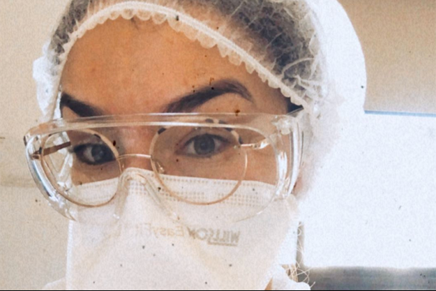 Marine Lorphelin en tenue de combat : surblouse, gants, masque, charlotte et lunettes.