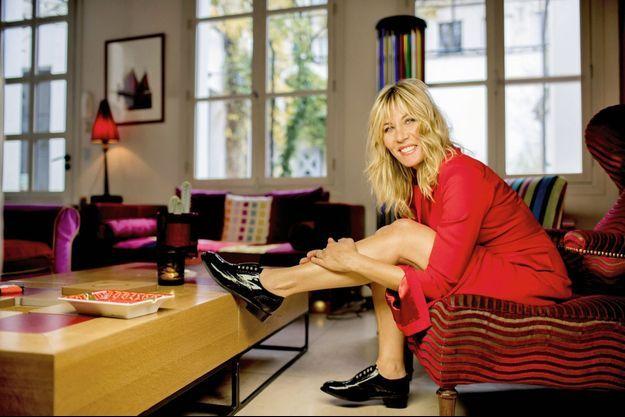 Chez elle, à Paris, elle a choisi un intérieur haut en couleur, comme elle !