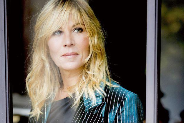 Chez elle, à Paris, elle a choisi un intérieur haut en couleur, comme elle.