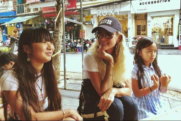 Laeticia Hallyday avec ses filles Jade et Joy au Vietnam, décembre 2018