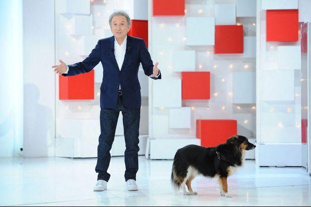 """Michel Drucker et son chien Izia sur le plateau de """"Vivement dimanche"""" le 11 avril 2021."""