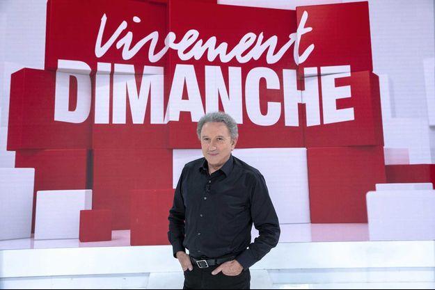 """Michel Drucker sur le plateau de """"Vivement dimanche""""."""