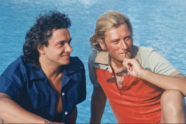 Michel Sardou et Johnny Hallyday, à Saint-Tropez, en 1977.