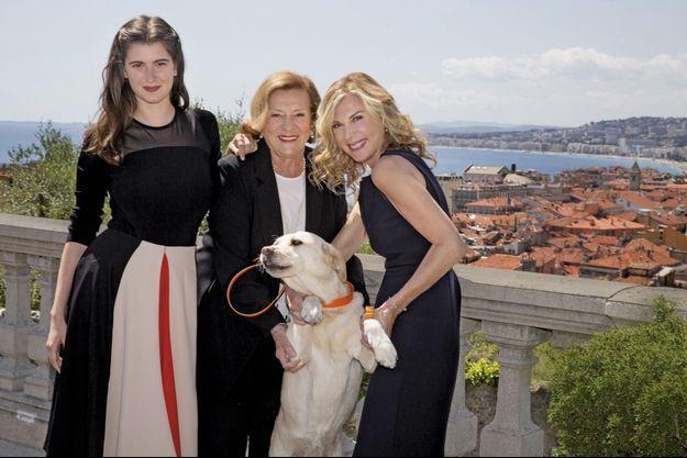 Avec sa fille Oriane Deschamps, sa mère Doïna Trandabur et son labrador Emi, lors du tournage de « Brillantissime » au cimetière du Château à Nice, en avril. Sortie prévue pour 2018.