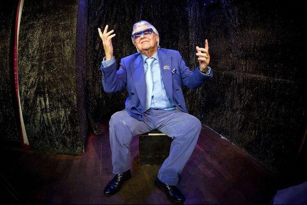 """Janvier 2012, Michel Georges Alfred Catty, ou """"Michou"""", prend la pose sur la scène de son cabaret parisien."""