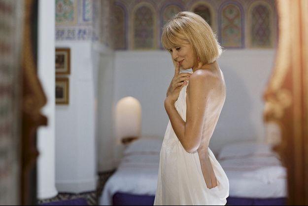 En 1996, dans le palais de la Zahia, la propriété qu'elle a achetée à Marrakech. Mireille, vêtue d'un simple drap, rejoue l'une des scènes cultes de sa carrière.