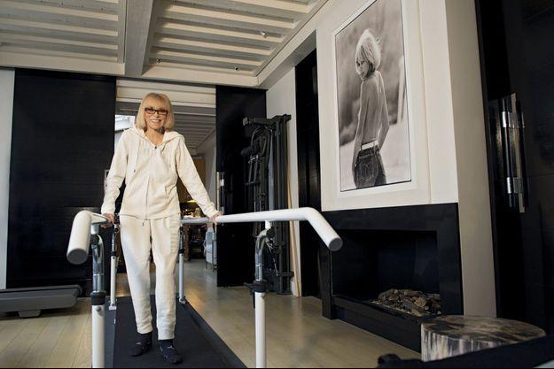 Dans son salon aménagé en salle de rééducation, Mireille Darc, 78 ans, réapprend à marcher sous l'œil espiègle d'une sauvageonne : son portrait par notre photographe Benjamin Auger en 1982.