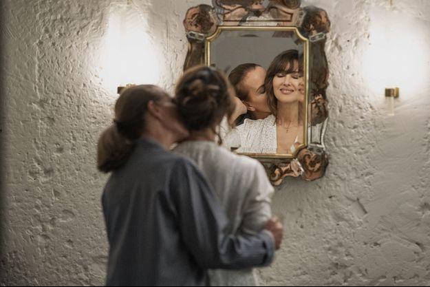 """Carole Bouquet et Monica Bellucci dans """"Les Fantasmes"""" de Stéphane et David Foenkinos. En salles le 18 août."""
