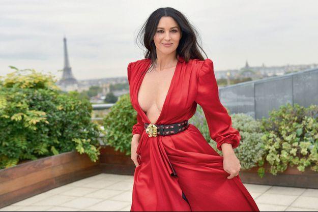Dame de chair contre dame de fer : deux égéries parisiennes au sommet. Monica pose sur la terrasse de la suite Belle Etoile de l'hôtel Meurice.