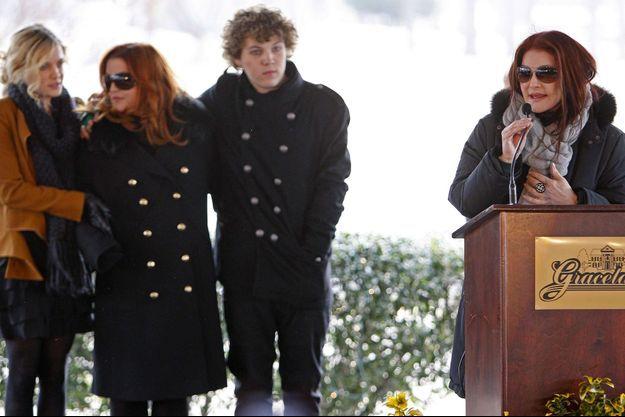 De gauche à droite : Riley Keough, Lisa Marie Presley, Benjamin Keough et Priscilla Presley en 2010.