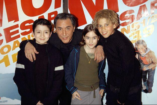 """Jules Sitruk, Richard Berry, Joséphine Berry et Mabô Kouyaté à l'avant-première du film """"Moi César, 10 ans 1/2, 1,39 m"""" en 2003"""