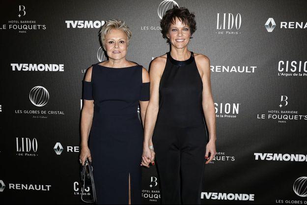 Muriel Robin et sa compagne lors de la cérémonie des Globes de Cristal au Lido à Paris, le 12 février dernier.