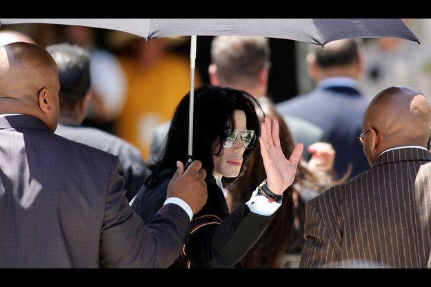 Juin 2005. Michael Jackson salue ses fans alors qu'il vient de quitter l'audience du tribunal