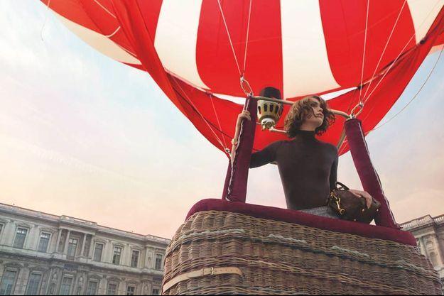 Arizona Muse dans sa montgolfière.