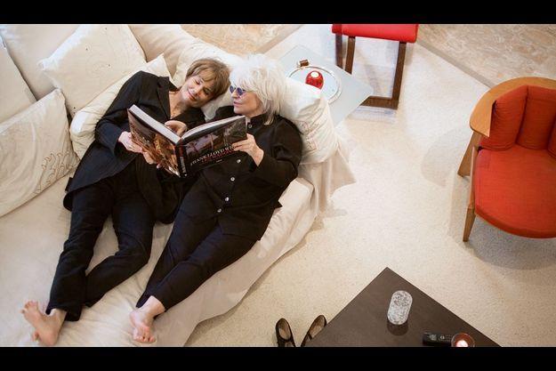 Les deux femmes partagent une passion pour l'architecte et designer américain Frank Lloyd Wright. Leur maison, toute de marbre blanc, est réchauffée par les couleurs vives du mobilier.