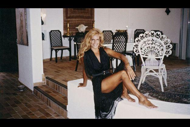 Dans sa villa San Giorgio, en Corse. Dalida a 50 ans. D'un simple châle, elle s'est fait, avec une ceinture, la plus sexy des robes.