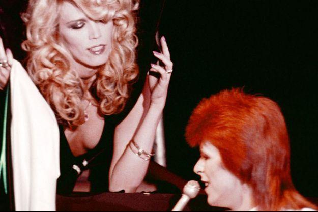 David Bowie et Amanda Lear en 1974.