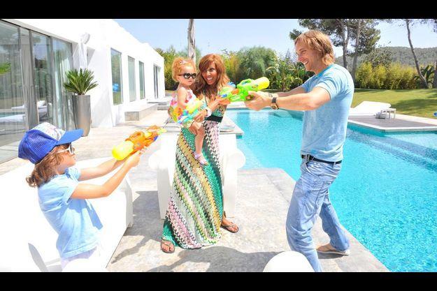 Duel au soleil. Juste après son réveil tardif, David affronte son fils Tim Elvis sur les bords de la piscine de leur villa d'Ibiza. Cathy tient dans ses bras Angie, presque 2 ans, la bien nommée d'après un titre légendaire des Stones.