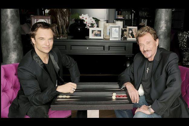 Dans le salon de la maison de Marnes-la-Coquette, David s'assoit à un des endroits préférés de Johnny : sa table de backgammon.
